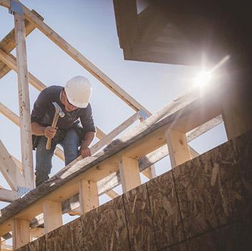 handwerkervermittlung-rosenheim-inzell-prutting-lagerhaus-mann-arbeitet-rohbau-dachdecker-arbeiten-353px.jpg