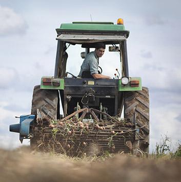 lagerhaus-volksbank-raiffeisenbank-rosenheim-inzell-prutting-agrarhandel-landwirt-traktor-fahren-353px.jpg